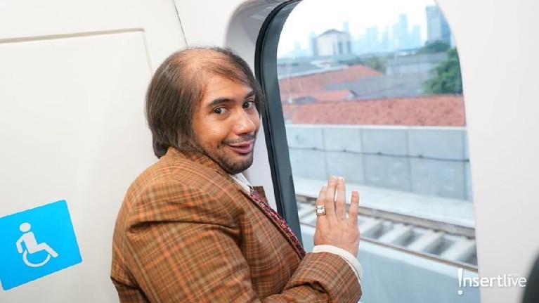 Ternyata sama seperti warga Jakarta kebanyakan, Bossman juga kepo sama pemandangan di luar ya.