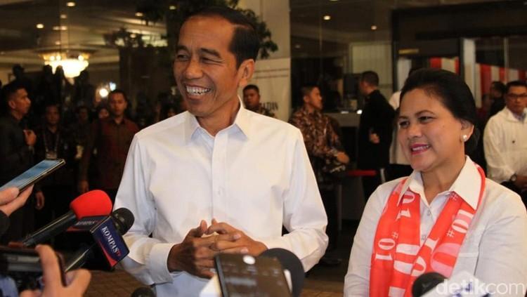 Hujan deras mengguyur Tegal, Jawa Tengah. Jokowi dan Iriana tak melewatkan momen sepayung berdua layaknya pasangan muda-mudi. Romantisnya!