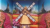<p>Enggak perlu jauh-jauh ke Belanda, di sini Bunda sekeluarga sudah bisa foto di dekat kincir angin.<em> He-he-he.</em></p>