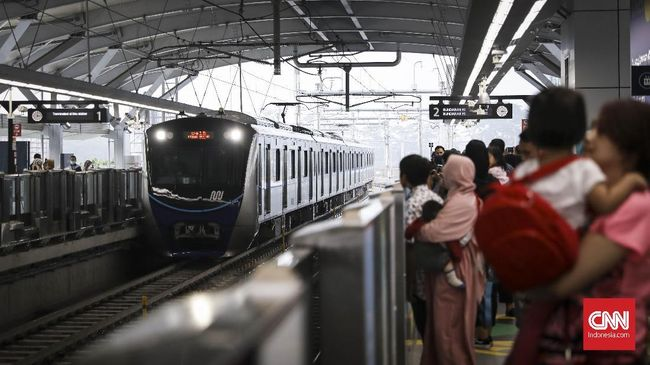 Manajemen MRT memutuskan untuk membebaskan tarif karena pembayaran tiket masuk bermasalah. Pembebasan tarif dilakukan Senin (1/4) pukul 17.00 sampai malam.