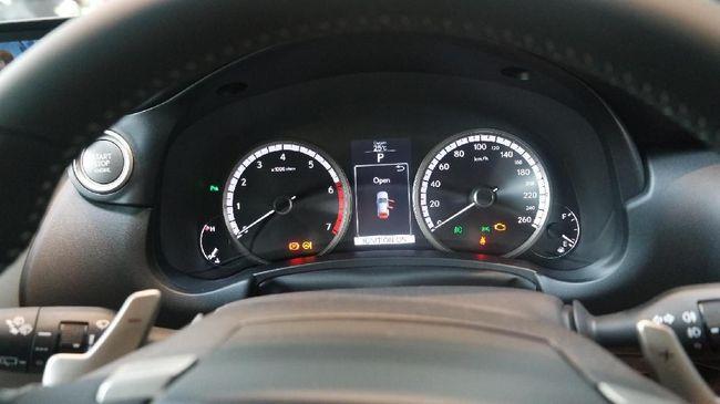 Lampu indikator yang menyala saat mesin start merupakan pengecekan sistem, pada kondisi normal lampu-lampu indikator itu akan mati beberapa detik kemudian.