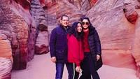 <p>Satu keluarga sepertinya memiliki hobi yang sama nih yakni traveling. Di foto ini, Mayangsari, Bambang, dan Khirani sedang mengunjungi Grand Canyon di Arizona, AS. (Foto: Instagram @mayangsaritrihatmodjoreal)</p>