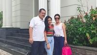 """<p><a href=""""https://hot.detik.com/celeb/d-4481077/happy-banget-nih-mayangsari-turun-ke-sawah-bareng-keluarga-cendana"""" target=""""_blank"""">Mayangsari</a> terlihat bahagia saat berkumpul dengan keluarga kecilnya. (Foto: Instagram @mayangsaritrihatmodjoreal)</p>"""