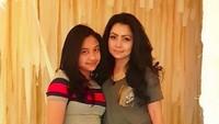 <p>Khirani sekarang sudah menginjak remaja, foto dengan Mayangsari seperti kakak adik ya, Bun? (Foto: Instagram @mayangsaritrihatmodjoreal)</p>