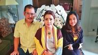 <p>Bertiga kompak mengenakan busana dengan nuansa warna kuning. (Foto: Instagram @mayangsaritrihatmodjoreal)</p>