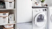 """<p>Seringkali kita abai dengan kerapian <a href=""""https://food.detik.com/info-kuliner/d-3669148/sstt-di-tempat-laundry-ini-ternyata-ada-bar-rahasia-yang-tersembunyi"""" target=""""_blank"""">ruang cuci pakaian</a>. Nah, supaya enggak terlalu berantakan, Bunda bisa menata barang dan perintilan dengan rak atau lemari kecil. Ini juga memudahkan kita mengambil barang yang dibutuhkan. (Foto: Instagram @haworth_home77)</p>"""