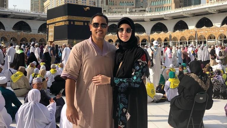 Selama menikah, Nia Ramadhani dan Ardi Bakrie juga selalu terlihat mesra di beberapa kesempatan, termasuk saat menjalankan ibadah umrah di Mekah, Arab Saudi.