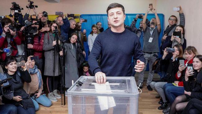 Mantan presiden Ukraina, Petro Poroshenko, mengakui kekalahannya dari komedian Volodymyr Zelensky dalam pemilihan umum presiden pada Minggu (21/4).