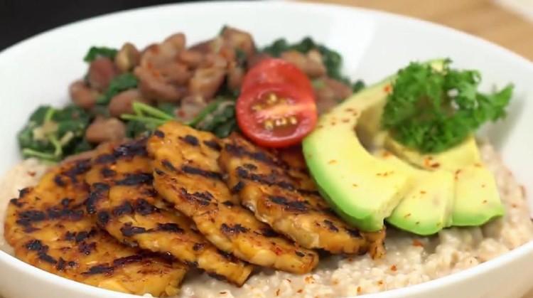 Tempe yang kaya akan gizi bisa diolah menjadi berbagai hidangan lezat lho, Bun. Salah satunya resep savoury oatmeal tempe.