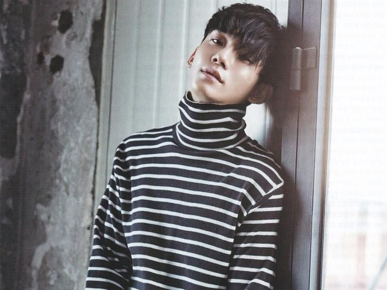Chen mengenakan baju turtle neck warna hitam dan putih dengan motif garis-garis.