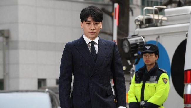 Mantan personel BIGBANG, Seungri, membantah tuduhan terkait prostitusi dalam sidang militer perdananya pada Rabu (16/9).