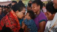 <p>Mama Yo (panggilan Yohana) bilang, kegiatan rehabilitasi psikologis dan pemulihan trauma pasca bencana dapat dilakukan dengan mengajak anak untuk bermain, bernyanyi, bercerita, dan berdoa bersama. (Foto: Kementerian PPPA)</p>