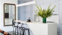 <p>Warna biru muda yang lembut juga bisa membuat suasana memasak jadi menyenangkan. Selain cerah, juga memberi kesan dapur terlihat bersih. (Foto: Instagram @vanmillettearchid)</p>