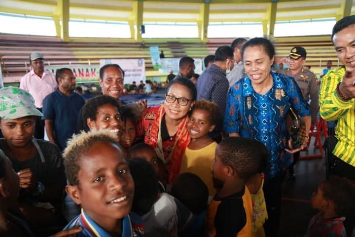 Menteri PPPA, Yohana Yembise mengunjungi tempat pengungsian korban banjir Sentani, Papua. Ia juga bantu pulihkan trauma para ibu dan anak di sana.