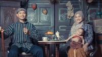 <p>Kompaknya Ekky dan keluarga berfoto dengan pakaian adat Jawa. Bisa ditiru nih, Bun. (Foto: Instagram @dimaspratama20)</p>