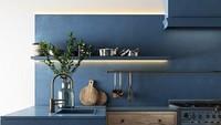 """<p>Ingin yang lebih bold? Enggak ada salahnya Bunda mencoba perpaduan warna biru gelap dengan putih. Nuansa biru seperti di foto juga mengingatkan kita pada<a href=""""https://food.detik.com/info-kuliner/d-4482407/agar-tak-kelamaan-di-dapur-saat-masak-lakukan-10-trik-praktis-ini"""" target=""""_blank"""">desain interior dapur</a> di rumah-rumah orang Yunani alias Greek kitchen. (Foto: Instagram @interiorarchsstudio)</p>"""