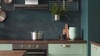 <p>Dapur dengan cat bernuansa kehijauan menjadi tren di 2019. Selain membuat suasana memasak terasa nyaman, warna hijau memberi kesan sejuk. (Foto: Instagram @lucreziacirasa_interiordesign)</p>