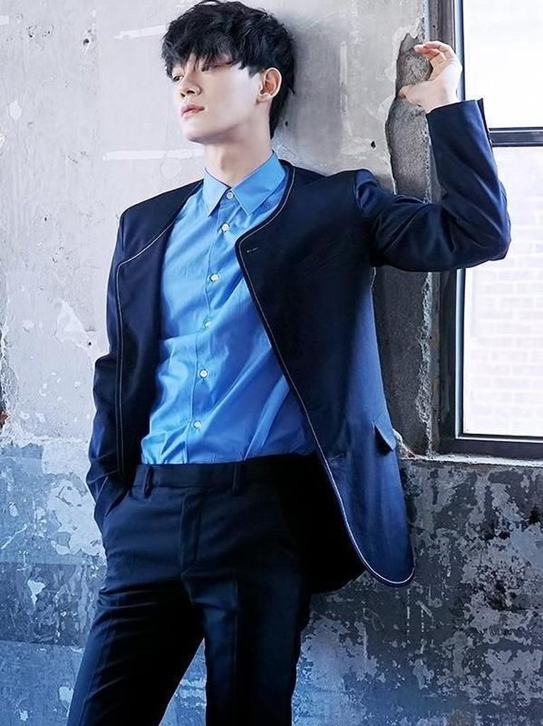Kim Jong Dae atau Chen EXO siap untuk debut solonya lewat lagu Beutiful Goodbye. Hmm, untuk menyambutnya Insertizen intip yuk enam gaya tampan Chen.