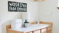 """<p>Terakhir, enggak lupa sediakan meja untuk melipat atau menyetrika di <a href=""""https://news.detik.com/berita-jawa-tengah/d-4021208/boleh-dicontoh-ada-jasa-cuci-gratis-alat-salat-masjid-di-kudus"""" target=""""_blank"""">ruang laundry</a>. Biar sekalian ya, Bun. (Foto: Instagram @organizedatlast)</p>"""