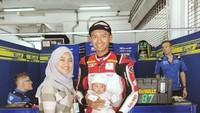 <p>Ternyata Ekky juga pernah mengajak istri dan anak tercinta ke garasi tim lho. Asyiknya! (Foto: Instagram @padmabeng)</p>