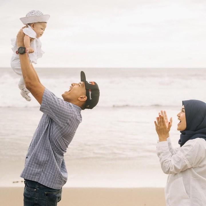 <p>Dimas Ekky Pratama menggendong si kecil Ishana Aleisha Pvratama saat di pantai bersama sang istri. Gemas ya, Bun. (Foto: Instagram @dimaspratama20)</p>