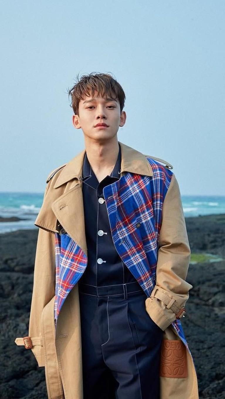 Chen terlihat keren dengan jaket panjang bermotif kotak-kotak.YukInsertizen yang ngaku fans Chen EXO komen di bawah!