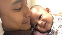 """<p>""""<em>Daddy little girl</em>,"""" ujar Ekky. Aih, senyumnya Aleisha bikin enggak nahan deh,<em> he-he-he</em>. (Foto: Instagram @dimaspratama20)</p>"""