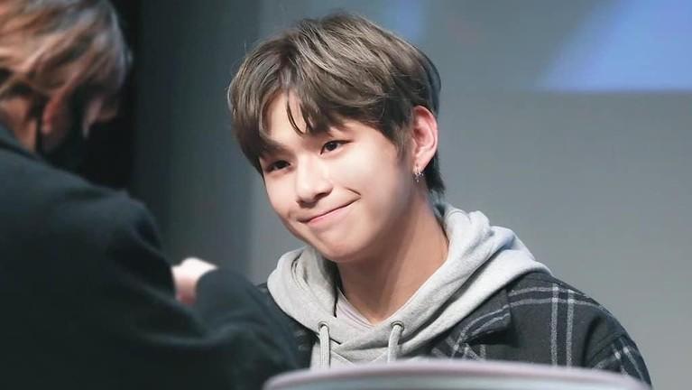 Kang Daniel yang punya perawakan tampan ini lahir di Busan, 10 Desember 1996.