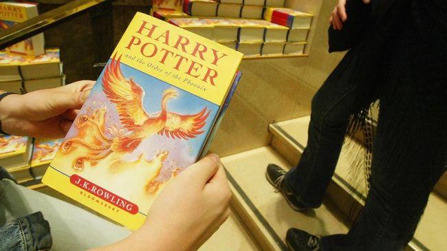 Sebuah paroki Katolik di Polandia menuai hujatan netizen usai membakar buku Harry Potter karena menilai serial itu membawa pengaruh jahat ke umat.