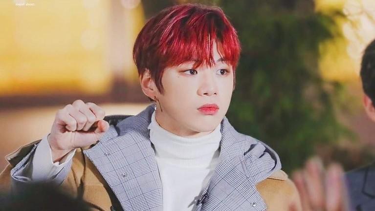 Kang Daniel terlihat seperti anak polos dengan ekspresi wajah yang menggemaskan itu.