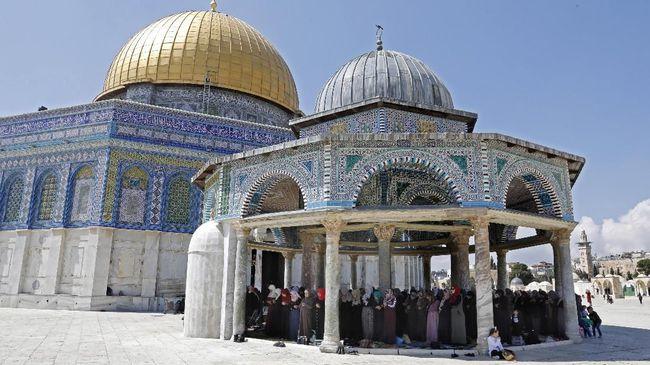 Ratusan warga Palestina yang hendak salat Jumat di Masjid Al-Aqsa dihentikan polisi Israel dan terpaksa menunaikan ibadah di jalan-jalan dekat Kota Tua.