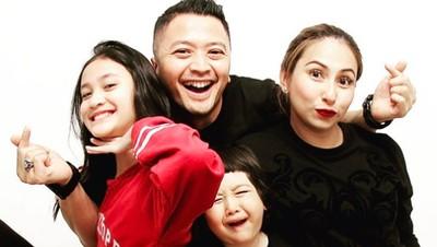 7 Aksi Kocak Foto Keluarga Ferry Maryadi yang Bikin Ngakak