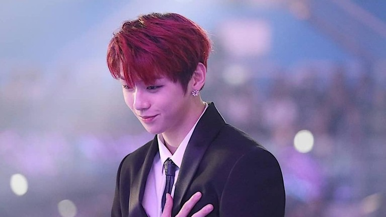 Kang Daniel juga terlihat keren dengan rambut berwarna merah dan setelan jasnya.