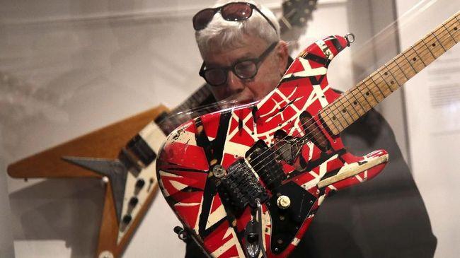 Gitaris Eddie Van Halen meninggal dunia pada usia 65 tahun setelah berjuang cukup lama melawan kanker.