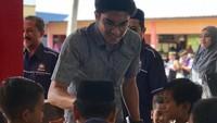 """<p><a href=""""https://finance.detik.com/berita-ekonomi-bisnis/d-4491467/ini-syed-saddiq-anak-nakal-yang-jadi-menteri-termuda-di-malaysia"""" target=""""_blank"""">Syed Saddiq</a>, pria kelahiran 6 Desember 1992 ini adalah Menteri Belia dan Sukan Malaysia, atau kalau di Indonesia sering disebut Menteri Pemuda dan Olahraga. Sebagai menteri termuda di Malaysia, Syed dikenal dekat dengan anak lho, Bun. (Foto: Instagram @syedsaddiq)</p>"""