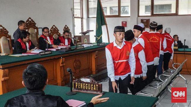 Penundaan sidang pengeroyokan suporter Persija Haringga Sirla dilakukan karena petunjuk penuntutannya belum turun dari Kejaksaan Agung.