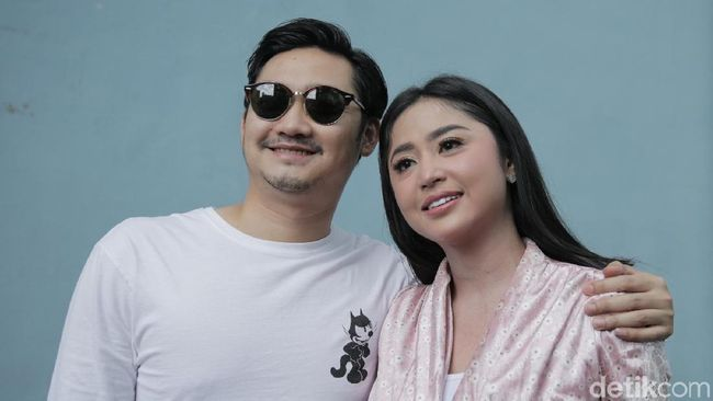 Dewi Perssik Terima Gaji Pertama Suami, Ancam Cera