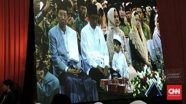 Jokowi menghadiri peringatan Isra Mi'raj Sukoharjo dengan membawa cucu pertamanya, Jan Ethes.