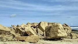 Di Pantai Batu Payung Tanpa Batu Berbentuk Payung