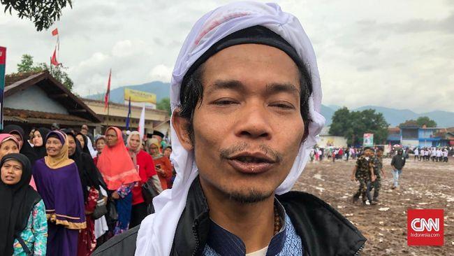 Seorang warga asal Cianjur rela mendatangi lapangan sepak bola Cihuni di Kabupaten Garut demi menyaksikan kampanye Ma'ruf dan bersalaman dengannya.