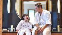 <p>Bahkan, di kamar mandi pun ayah dan anak ini bisa menikmati waktu berdua mereka lho. <em>So sweet!</em> (Foto: Instagram/ @gadiiing) </p>