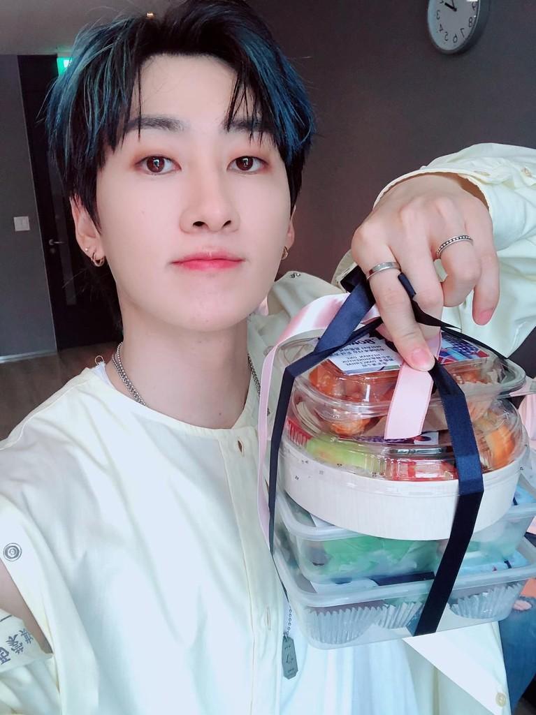 Eunhyuk sangat menyukai susu rasa stroberi. Selain itu makanan favoritnya adalah nasi goreng, pizza, hingga buah-buahan seperti jeruk dan tomat. Namun Eunhyuk sangat tidak menyukai makanan yang setengah matang.