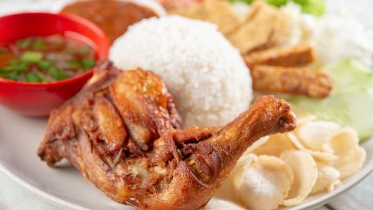 Bunda bingung mau masak apa hari ini? Mau yang enak tapi enggak mau ribet? Coba nih resep Ayam Goreng Ala Kaki 5, lauk favorit Bunda dan keluarga di rumah.