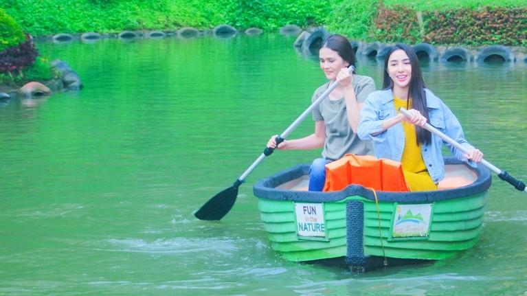 Tak lupa juga, Senk Lotta dan Nadia Purwoko merasakan sensasi menaiki perahu di tengah danau yang tenang.