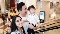<p>Kebahagiaan pasangan ini semakin lengkap setelah dikaruniai seorang putra bernama Raphael Moeis. (Foto: Instagram @sandradewi88)</p>