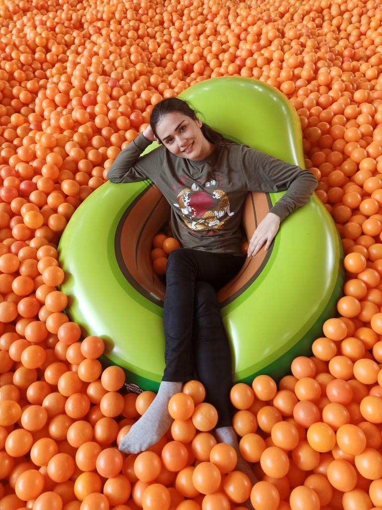 Para host Celebrity On Vacation juga berkunjung keCentrum Millions Balls, yang memiliki lautan balon menggemaskan.