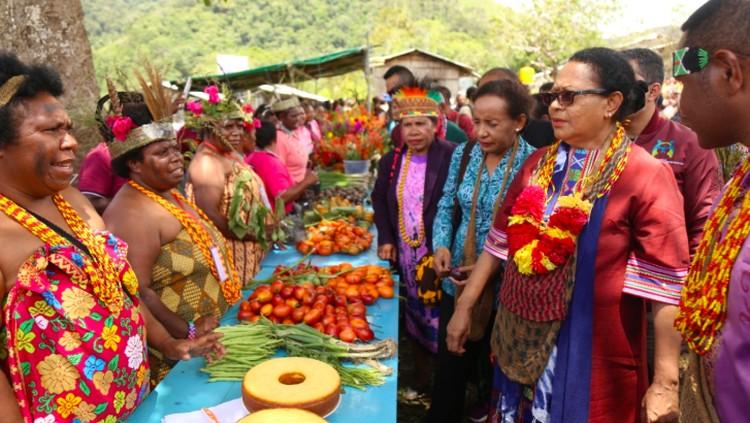 Noken, salah satu kerajinan dari Papua nyatanya bisa jadi wujud perlindungan bagi anak-anak.