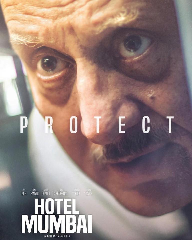 Anupam Kher memerankan karakter kepala koki hotel Taj Mahal Palace, chef Hemant Oberoi. Dialah yang mencoba melindungi para tamu dari kejadian berdarah itu.