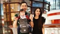 <p>Kalau dilihat-lihat, mereka bertiga mirip enggak sih? Yang terpenting, bahagia dan sehat selalu ya, Bunda Sandra Dewi dan keluarga. (Foto: Instagram @sandradewi88)</p>