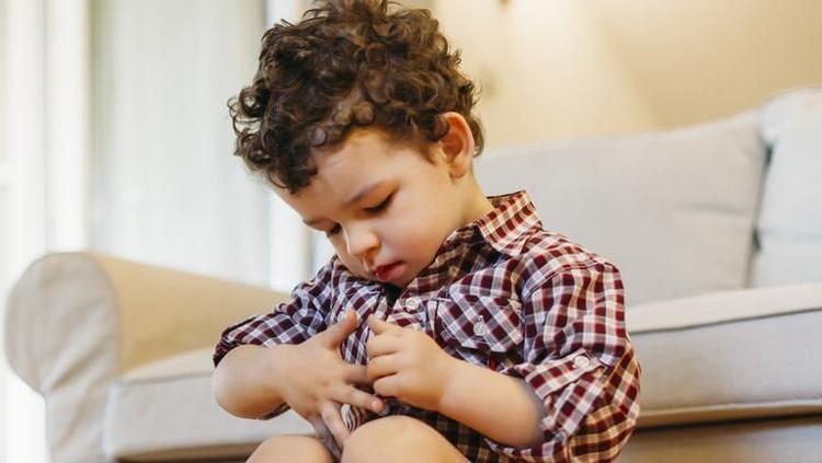 Bunda bisa jadi khawatir bisa si jagoan kecil sering menyentuh alat kelaminnya. Appalagi, ada yang bilang perilaku itu tanda awal autisme.